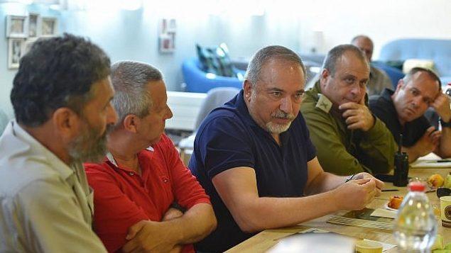 وزير الدفاع أفيغدور ليبرمان يزور المناطق الإسرائيلية بالقرب من حدود غزة في 24 أغسطس 2018. (Ariel Hermony/Defense Ministry)