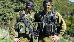 عمير جمال (من اليسار)، ضابط في الجيش الإسرائيلي من أبناء الطائفة الدرزية.  (Israel Defense Forces/Flickr/CC BY-NC 2.0)