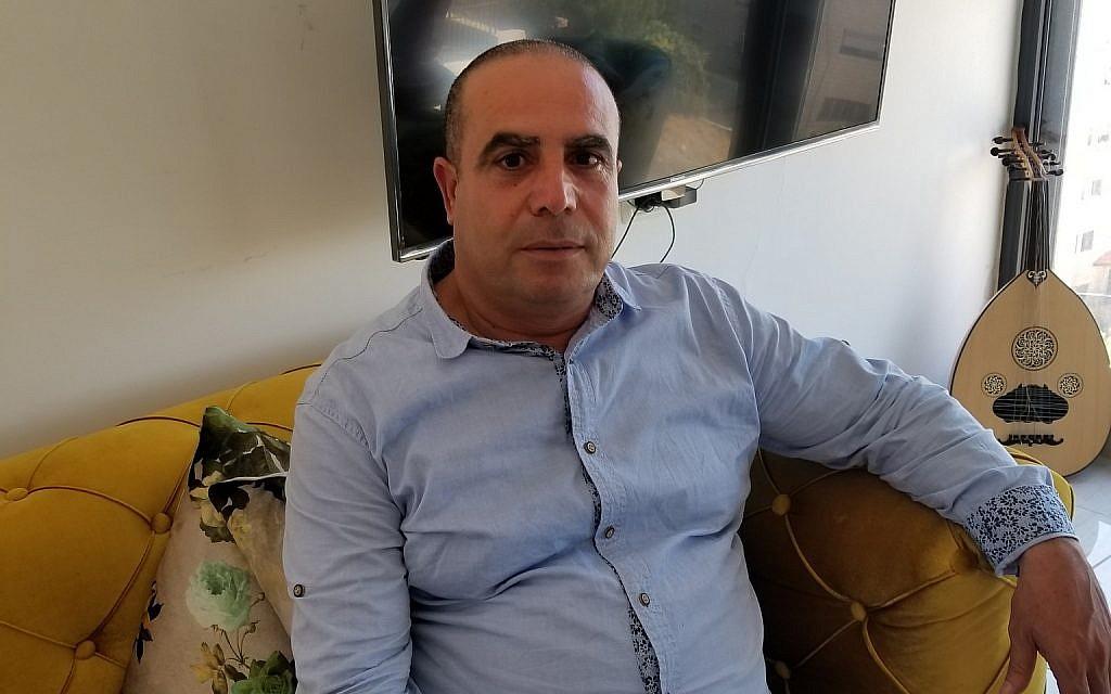 رمضان دباش ، فلسطيني من صور باهر يهرع إلى مجلس مدينة القدس، في منزله الثاني في بيت حنينا، تموز / يوليو 2018. (Adam Rasgon/Times of Israel)