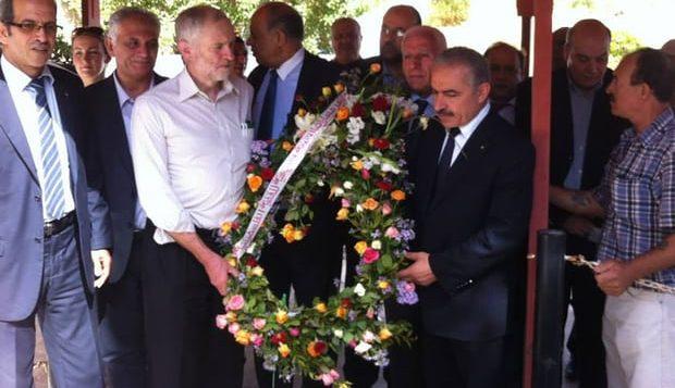 جيرمي كوربين (الثاني من اليسار) يحمل اكليل زهور خلال زيارة الى مقبرة شهداء فلسطين في تونس، اكتوبر 2014 (Facebook page of the Palestinian embassy in Tunisia)