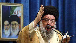 آية الله احمد خاتمي خلال خطبة صلاة الجمعة في طهران، 5 يناير 2018 (AP Photo/Ebrahim Noroozi)