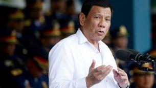رئيس الفلبين رودريغو دوتيرتي خلال مخاطبة قوات الشرطة في معسكر كرامي، شمال شرق مانيلا، 8 اغسطس 2018 (AP Photo/Bullit Marquez)