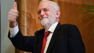 رئيس حزب العمال البريطاني جيرمي كوربين بعد تقديم خطاب في جامعة كوينز في بلفاست، ايرلندا الشمالية، 24 مايو 2018 (Jeff J Mitchell/Getty Images via JTA)