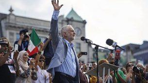 جيريمي كوربين يخاطب الحشد في ميدان ترافالغار في لندن، إنجلترا، 13 يوليو، 2018. (NIKLAS HALLEN/AFP/Getty Images via JTA)