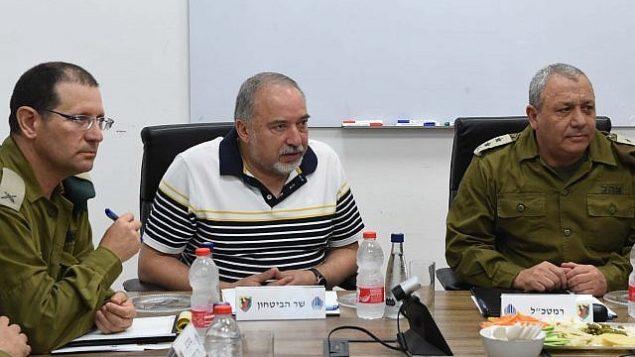 وزير الدفاع أفيغدور ليبرمان، وسط الصورة، يتحدث مع رئيس هيئة أركان الجيش الإسرائيلي غادي آيزنكوت، من اليمين، وضباط عسكريين كبار آخرين خلال زيارة إلى 'فرقة غزة' في 13 أغسطس، 2018. (Shahar Levi/Defense Ministry)