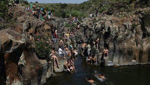 متنزهون يسبحون في نهر زفيتان في هضبة الجولان شمالي إسرائيل، 18 أبريل، 2014.  (Yaakov Naumi/Flash90)