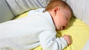 طفل ينام في مهد، صورة توضيحية. (Chen Leopold / Flash90)