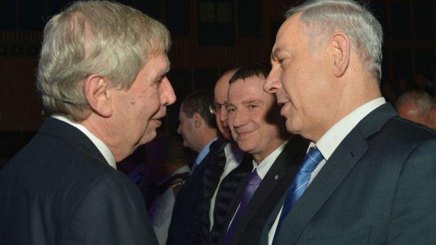 رئيس الوزراء بنيامين نتنياهو مع مدير الموساد المنتهية ولايته تمير باردو خلال حفل وداع في تل ابيب، 5 يناير 2015 (Kobi Gideon/GPO)