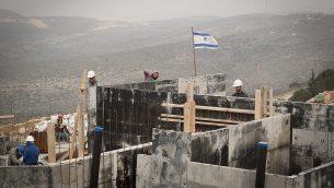 عمال عرب في موقع البناء في مستوطنة آرييل في الضفة الغربية في 25 يناير 2017. (Sebi Berens / Flash90)