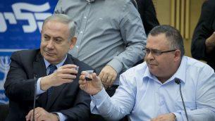 رئيس الوزراء بنيامين نتنياهو مع دافيد بيتان خلال جلسة لحزب الليكود في الكنيست، 27 فبراير 2017 (Yonatan Sindel/ Flash90)