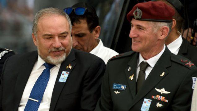 وزير الدفاع أفيغدور ليبرمان (من اليسار) مع نائب رئيس هيئة الأركان العامة للجيش الإسرائيلي، الميجر جنرال يائير غولان، في مراسم لإحياء ذكرى  قتلى معارك إسرائيل في تل أبيب، 1 مايو، 2017.  (Gili Yaari/Flash90)