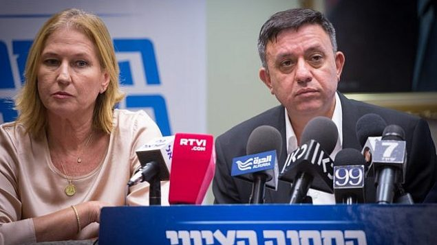 رئيس حزب 'العمل'،  آفي غباي (يمين الصورة)، وعضو الكنيست عن 'المعسكر الصهيوني'، تسيبي ليفني، يشاركان في جلسة لكتلة 'المعسكر الصهيوني' في الكنيست في 24 يولي، 2017.  (Miriam Alster)