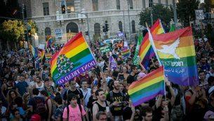 مشاركون في موكب الفخر المثلي السنوي في وسط القدس، تحت حراسة مشددة في 3 أغسطس، 2017. (Miriam Alster / Flash90)