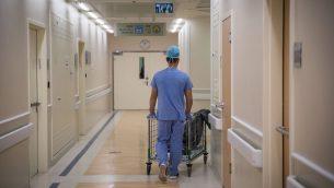 صورة توضيحية: ممرض في مستشفى هداسا عين كارم في القدس، 3 سبتمبر 2017 (Hadas Parush/Flash90)