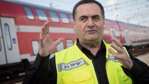 وزير المواصلات يسرائيل كاتس خلال اختبار قيادة قطار القدس - تل أبيب السريع في وسط إسرائيل في 16 يناير 2018. (Hadas Parush/Flash90)
