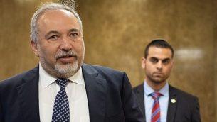 وزير الدفاع أفيغدور ليبرمان يصل إلى الجلسة الأسبوعية للحكومة في مكتب رئيس الوزراء في القدس، 11 أبريل، 2018.  (Yoav Ari Dudkevitc/Flash90)