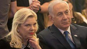 رئيس الوزراء بينيامين نتنياهو، من اليمين، وزوجته سارة في القدس، 16 مايو، 2018.  (Yonatan Sindel/Flash90)