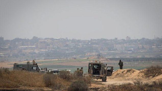 جنود إسرائيليون يحرسون الحدود مع قطاع غزة، 29 مايو، 2018. (Yonatan Sindel/Flash90)