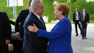 المستشارة الالمانية انغيلا ميركل ترحب برئيس الوزراء بنيامين نتنياهو في برلين، 4 يونيو 2018 (Haim Zach/GPO/Flash90)