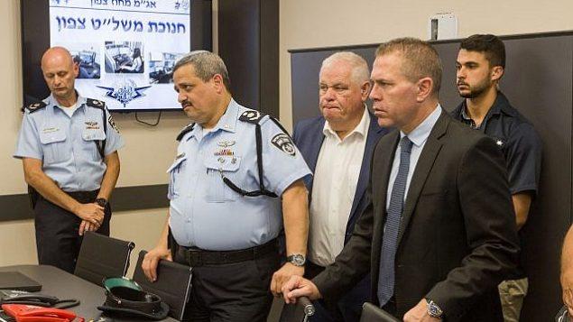 غلعاد إردان، من اليمين، والمفوض العام للشرطة روني الشيخ، الثاني من اليسار، في مراسم افتتاح مركز تحكم جديد للشرطة في مدينة الناصرة، 21 يونيو، 2018.  (Meir Vaaknin/FLASH90)