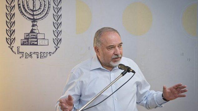 وزير الدفاع أفيغدور ليبرمان يتحدث خلال مؤتمر صحفي في 19 يوليو، 2018. (Flash90)