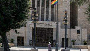 علم الفخر المثلي امام الكنيس الكبير في مركز القدس، 1 اغسطس 2018 (Yonatan Sindel/Flash90)