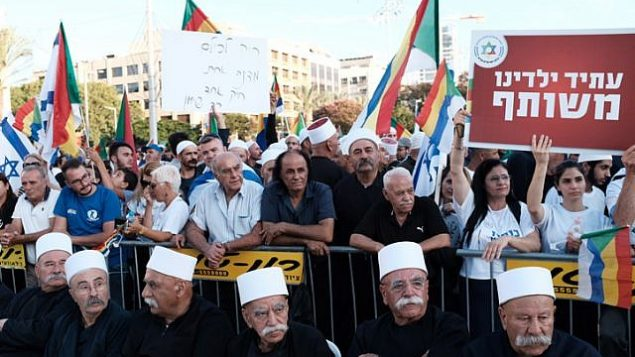 متظاهرون دروز خلال مظاهرة ضد قانون الدولة اليهودية، في ساحة رابين في تل ابيب، 4 اغسطس 2018 (Tomer Neuberg/Flash90)