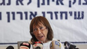 زهافا شاؤول، والدة الجندي الإسرائيلي أورون شاؤول، تتحدث خلال مؤتمر صحفي قبيل جلسة الحكومة في 5 أغسطس، 2018.  (Hadas Parush/Flash90)