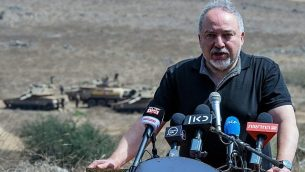 وزير الدفاع أفيغدور ليبرمان يزور تمرينا عسكريا في شمال إسرائيل، 7 أغسطس، 2018.  (Basel Awidat/Flash90)