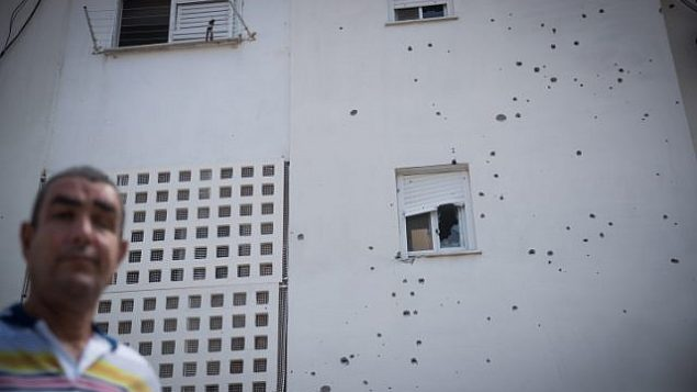 موقع سقوط قذيفة هاون اطلقت من قطاع غزة بالقرب من مبنى سكني وسيارات في مدينة سديروت، جنوب اسرائيل، 9 اغسطس 2018 (Yonatan Sindel/Flash90)