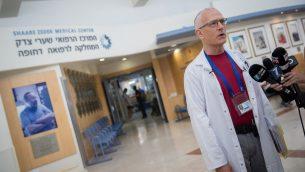 د. دافيد رافيه-براور يدلي بتصريح حول عدة حالات داء البريميات في مرتفعات الجولان، في مستشفى شعاريه تسيديك في القدس، 13 اغسطس 2018 (Yonatan Sindel/Flash90)