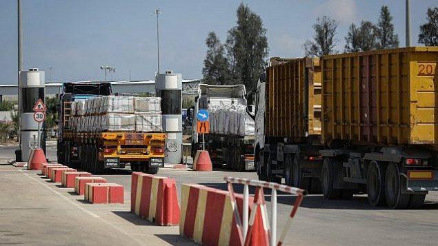 شاحنات محملة بالسلع والبضائع تدخل قطاع غزة بعد فتح معبر كرم أبو سالم في 15 أغسطس، 2018. (Flash90)