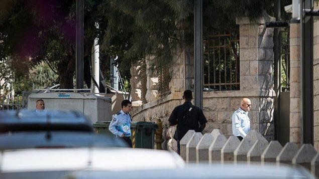 محققو الشرطة يصلون إلى مقر إقامة رئيس الوزراء في القدس، 17 أغسطس، 2018. (Hadas Parush/Flash90)