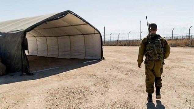 جندي من الجيش الإسرائيلي في عيادة مازور لاداخ الميدانية في مرتفعات الجولان، حيث قدم الجنود والمتطوعون الأجانب الرعاية الطبية لحوالي 6800 سوري بين أغسطس / آب 2017 وأغسطس / آب 2018. (وحدة الناطق الرسمي باسم الجيش الإسرائيلي)