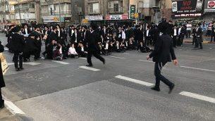 متظاهرون حريديم يسدون طريقا في بني براك خلال مظاهرة ضد الخدمة العسكرية، 22 مارس، 2018. (الناطق باسم الشرطة)