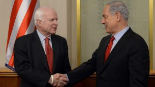رئيس الوزراء بنيامين نتنياهو يلتقي بالسناتور جون ماكين خلال زيارته الى اسرائيل عام 2015 (GPO)
