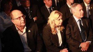 من اليسار إلى اليمين، وزير الدفاع آنذاك موشيه يعلون يجلس إلى جوار سارة ورئيس الوزراء بنيامين نتنياهو، في احتفال يوم الذكرى في الكنيست يوم الثلاثاء، 10 مايو / أيار 2016. (Yitzhak/Harari/Knesset spokesperson)