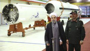 الرئيس الإيراني حسن روحاني خلال مؤتمر صحفي مع وزير الدفاع حسين دهقان بعد الكشف عن صاروخ فاتح 313، 22 اغسطس 2015 (Iranian Presidency Office via AP)
