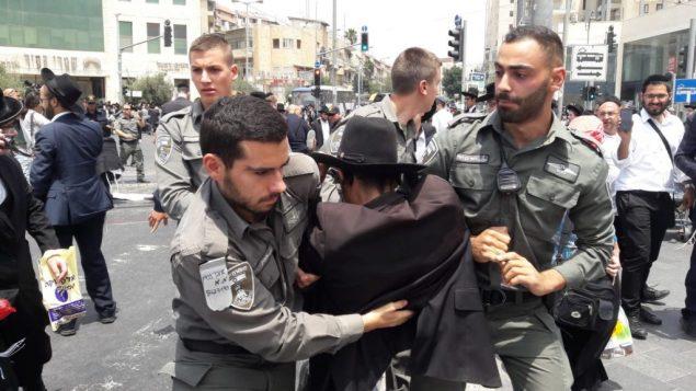 عناصر الشرطة يعتقلون رجلا يهوديا متشددا يتظاهر في القدس ضد اعتقال متهرب من التجنيد، 2 اغسطس 2018 (Israel Police)