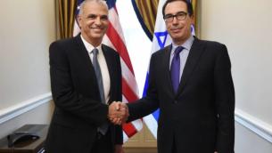 وزير المالية موشيه كحلون (من اليسار) يلتقي في مكتبه في القدس بوزير الخزانة الأمريكية ستيفن منوشين في 14 مايو، 2018. (وزارة المالية)