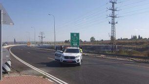 صورة توضيحية: سيارة شرطة تمنع حركة المرور على الطريق السريع 34 جنوب إسرائيل بسبب حريق في المنطقة في 4 يونيو 2018. (Oshri Tzimmer)