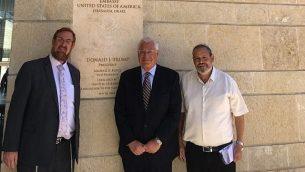 (من اليسار إلى اليمين) عضو الكنيست يهودا غليك، السفير الأمريكي ديفيد فريدمان، ورئيس المجلس الإقليمي هار حفرون يوحاي دماري، في السفارة الأمريكية في القدس، 15 أغسطس، 2018.  (Har Hebron Regionl Council)