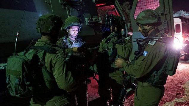 جنود إسرائيليون ينفذون مداهمة في الضفة الغربية، 14 أغسطس، 2018.  (الجيش الإسرائيلي)