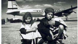 صورة توضيحية: نقل الأطفال جواً من اليمن في عملية ماجيك كاربيت، أمام طائرة تابعة لشركة طيران ألاسكا. (Courtesy AJM)