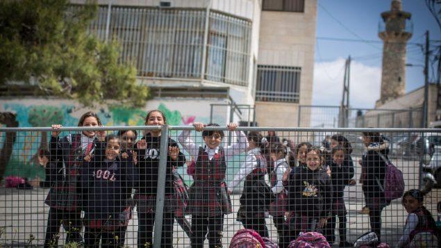 طالبات مدرسة داخل ساحتهن الصغيرة في حي شعفاط في القدس الشرقية، 30 مارس 2016 (Hadas Parush/Flash90)