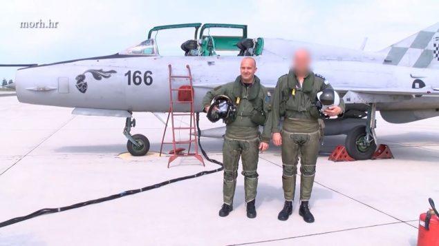طيار اسرائيلي وطيار كرواتي يتصوران معا، في فيدو صدر عن وزارة الدفاع الكرواتية، 4 اغسطس 2018 (YouTube screenshot)