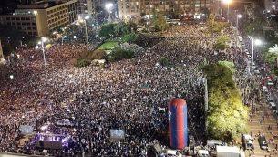 عشرات الالاف يشاركون بمظاهرة نظمها الدروز في تل ابيب ضد قانون الدولة اليهودية، 4 اغسطس 2018 (Adam Rasgon/ Times of Israel staff)