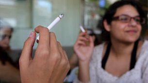 صورة توضيحية لامرأة تدخن سيجارة (Nati Shohat / Flash90)