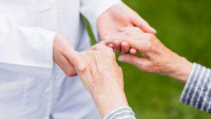 صورة توضيحية لمريض مصاب بالشلل الإرتعاشي. (Obencem، iStock by Getty Images)