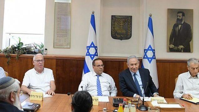 رئيس الوزراء بينيامين نتنياهو يترأس جلسة لمناقشة مخاوف الدروز في أعقاب تمرير 'قانون الدولة القومية'، 6 أغسطس، 2018. (Amos Ben-Gershom, GPO)